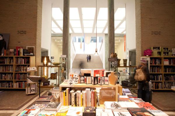 BookCity +39 02 58112940 http://www.bookcitymilano.it/  A novembre BookCity trasforma Milano in un libro aperto, con centinaia di incontri, presentazioni, seminari, letture, mostre e spettacoli gratuiti che hanno luogo ovunque, dai musei alle botteghe, dalle scuole alle stazioni della metropolitana. Non si tratta di una fiera per addetti ai lavori, ma di un festival che coinvolge tutti i settori della filiera libraria: editori, librai, bibliotecari, autori, agenti letterari, traduttori, editor, grafici, illustratori, blogger, lettori, scuole di scrittura, associazioni e gruppi di lettura.  www.bookcitymilano.it